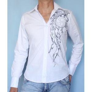 Белая рубашка с вышитым узором
