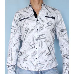 Белая рубашка с абстрактным рисунком